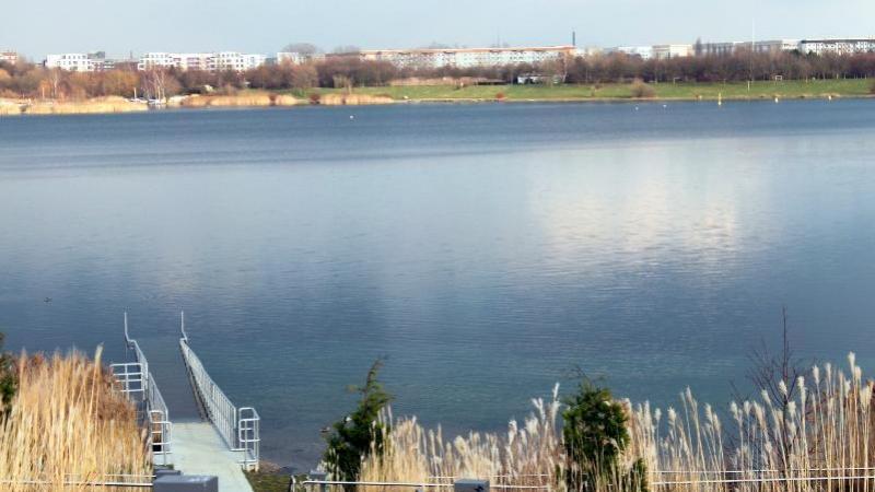unmittelbar am Ufer des Kulkwitzer Sees gelegen.
