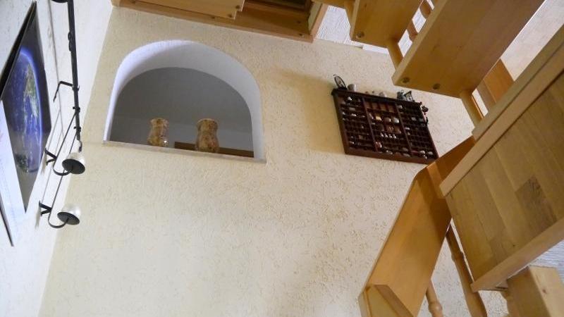 Über eine Holztreppe gelangen Sie in die erste Etage,
