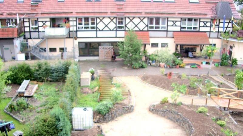 Das 700 m² große parkähnliche Grundstück