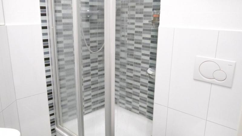 Bad mit Dusche in moderner Optik