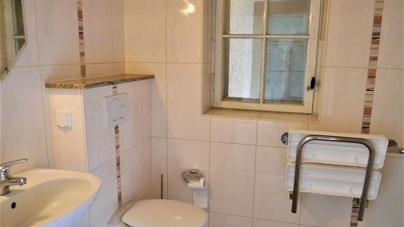 auch ein Bad mit Dusche und ein Gäste-Wc.