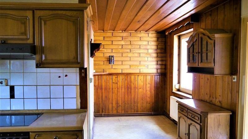 Im Obergeschoss gelegen sind die Küche und eine Speisekammer,