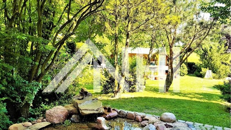 liegt auf einem ca. 1.700 m² großen Grundstück mit herrlich großem Garten.